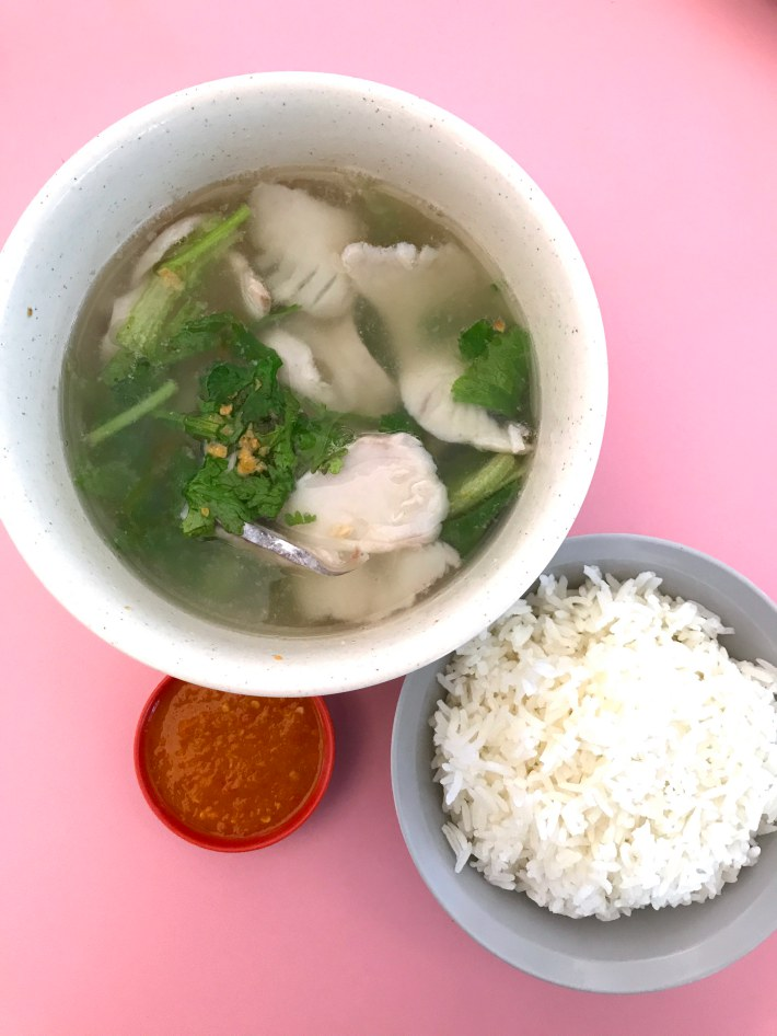 Lin ji fish soup and porridge at boon lay market awesome for Fish that eat other fish